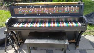 Célébration autour du piano public